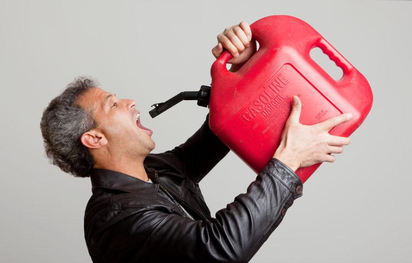 Мужчина пьет топливо
