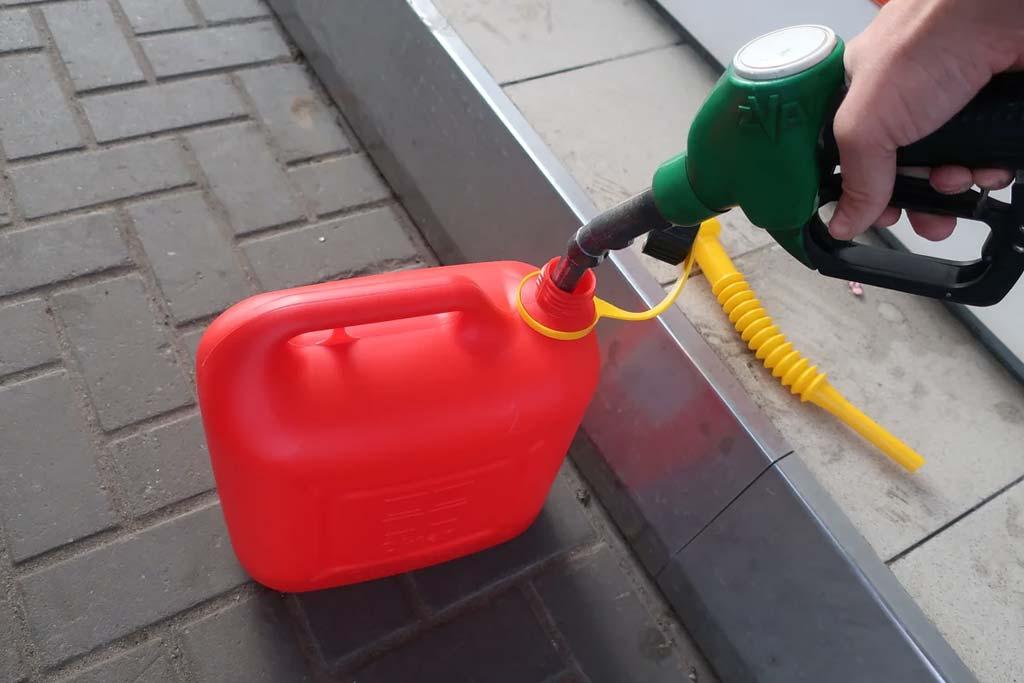 Заправка топлива в пластиковую канистру